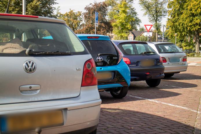 Personenauto's met geel kenteken staan geparkeerd op de taxistandplaats bij het Radboudumc.
