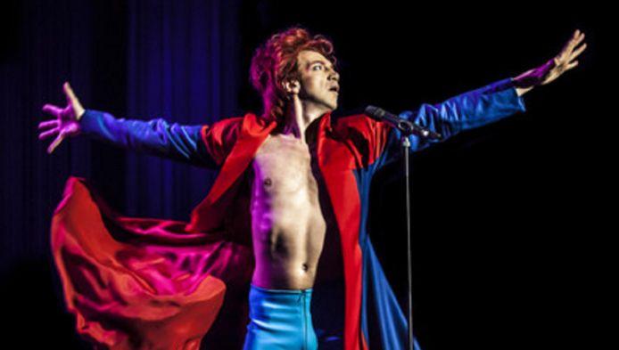 In Starman geeft Sven Ratzke op de hem typerende wijze een eigen interpretatie aan het werk en leven van David Bowie.