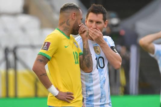 Lionel Messi en Neymar in gesprek voor een WK-kwalificatiewedstrijd eerder deze maand. Kort na de aftrap werd het duel gestaakt vanwege een coronarel en ontbrekende officials.