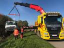 Gespecialiseerde takeldiensten waren nodig om de truck weer op de rijbaan te hijsen.