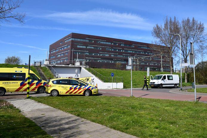 Bij een aanrijding tussen een personenbusje en een scooter is vanmiddag een vrouw gewond geraakt.
