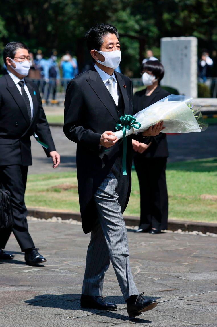 Shinzo Abe bezoekt de omstreden Yasukuni-tempel. Beeld AFP
