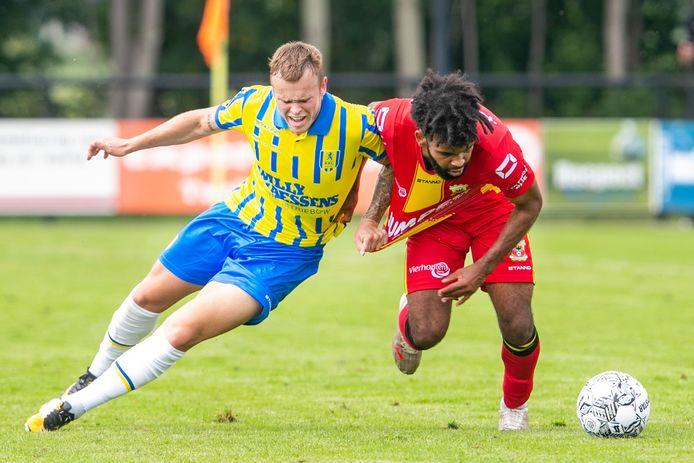 GA Eagles-speler Ogechika Heil (r) in duel met Lennerd Daneels van RKC.