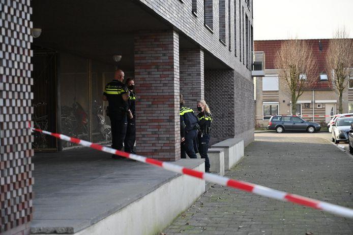 De politie in Breda doet onderzoek in de woning van de overleden vrouw.