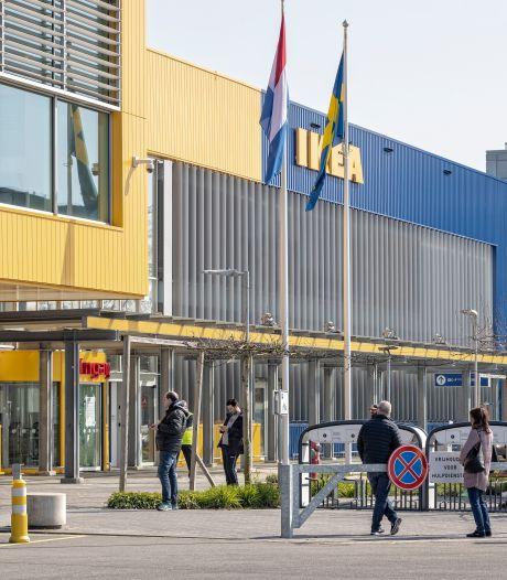 Stickers van gele mondkapjes op de borst vallen verkeerd, IKEA zegt sorry: 'Dit kan echt niet!'