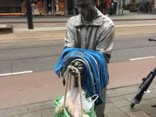 Anonieme gulle gever laat kleren en tas vol eten achter bij standbeeld