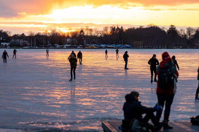 Genoeg plezierschaatsers op de Groningse meren, maar geen NK natuurijs.