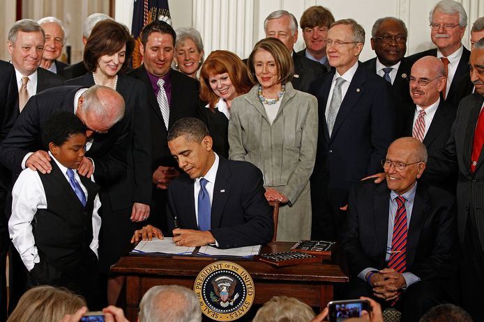 President Barack Obama ondertekende in 2010 de 'Affordable Health Care for America Act', kortweg Obamacare. Op het bureau zien we ook de 22 pennen die hij daarvoor gebruikte.