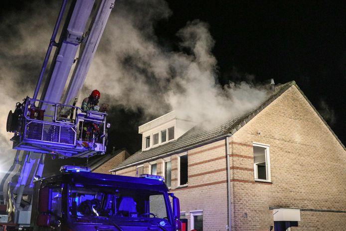 Bij de brand op de zolder van een twee-onder-een-kapwoning aan De Snit in Swifterbant kwam veel rook vrij. Een hoogwerker werd ingeschakeld om het smeulende vuur onder de dakpannen te blussen.