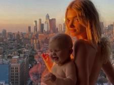Zweeds topmodel onder vuur om naaktfoto met haar dochter: 'Dit is kinderporno'