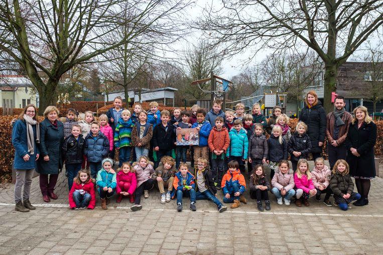 De leerlingen van het eerste leerjaar van de Albrecht Rodenbachschool met hun leerkrachten en directeur. Centraal de winnende foto.