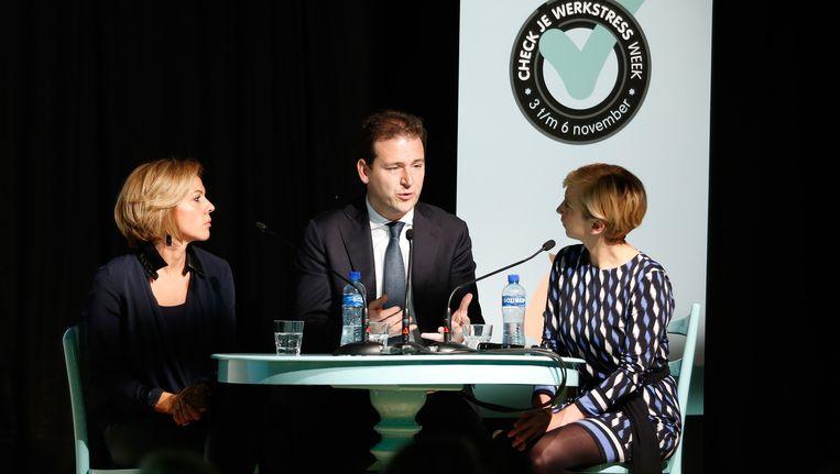 Minister Lodewijk Asscher van Sociale Zaken en Leontien van Moorsel (L) tijdens de start van de werkstressweek in het Onze Lieve Vrouwe Gasthuis vorig jaar. Beeld anp