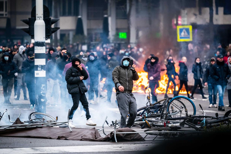 Demonstranten werpen barricades van fietsen op en worden later door de Mobiele Eenheid van het 18 Septemberplein in Eindhoven verwijderd.