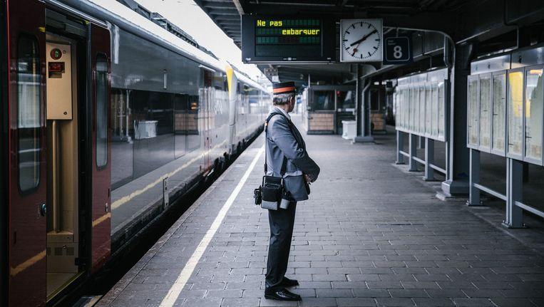 Een conducteur overschouwt een leeg perron in het Brusselse Zuidstation. Beeld Wouter Van Vooren
