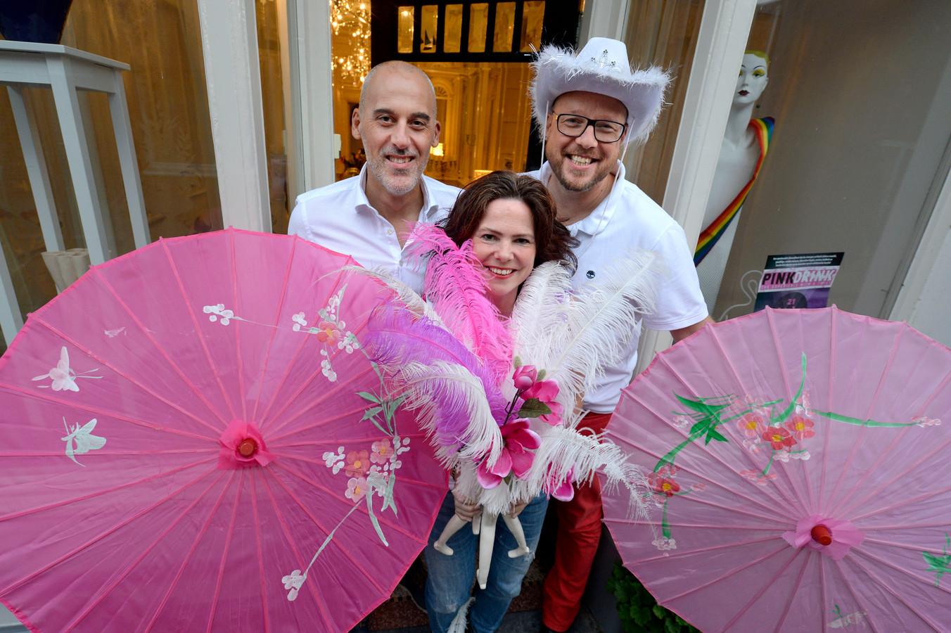 """Rudi Terwingen (links), Sandra Spanjer en Erik Dierink houden samen met Sofia Castillo (niet op de foto) Pink-Drink. """"feest, waar je bij wijze van spreken je moeder nog mee naar toe kunt nemen."""""""