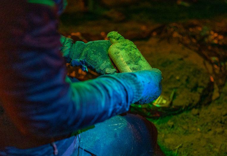 Onderzoekers graven in april een van de 140 jaar oude 'Beal Bottles' op.  Beeld Derrick L. Turner/Michigan State University