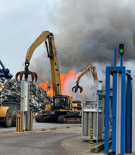 Veel rookontwikkeling bij grote brand schrootbedrijf AVI in Den Bosch, blussen duurt tot middernacht