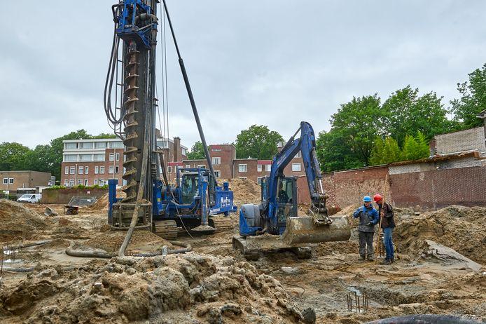 Het voormalige terrein van tankstation Gielis aan de Osse Kruisstraat is nu een bouwterrein. Met een grote boorinstallatie worden er betonnen funderingspalen in de grond gewerkt.