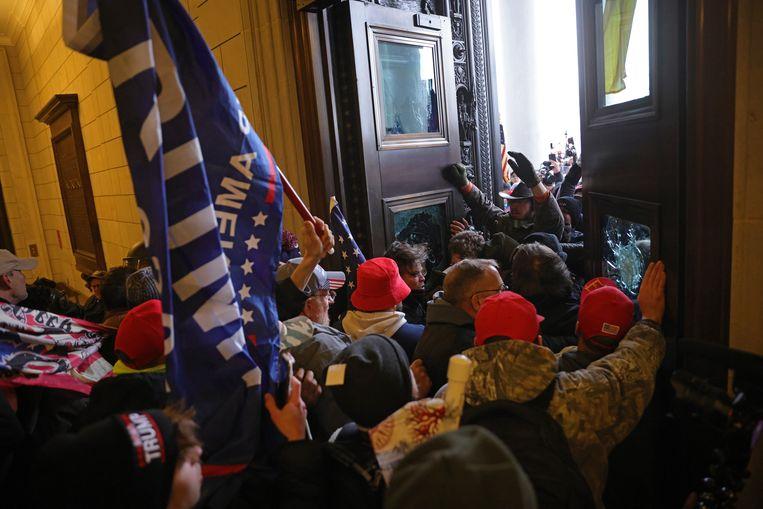 Betogers bestormen het Capitool in Washington, DC.  Beeld Getty Images