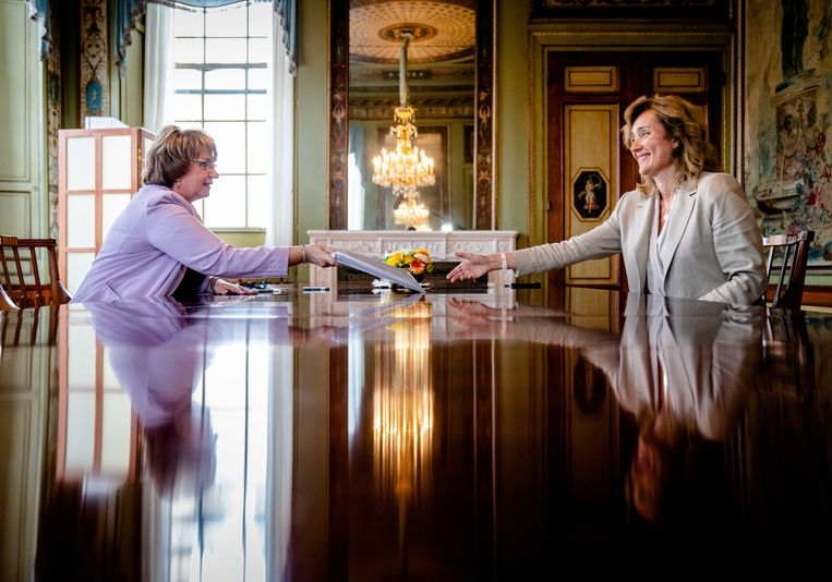 Informateur Mariëtte Hamer biedt haar eindverslag aan Tweede Kamervoorzitter Vera Bergkamp aan. Beeld ANP