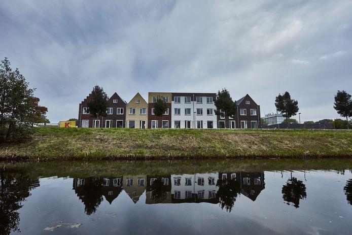 Een statig rijtje huizen langs de Berkel in Lochem. Aan de achterzijde de Aldi en het Twentekanaal. Van de acht zijn er drie verkocht: je moet zzp'er zijn om er te kunnen kopen.