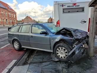 Bestuurder knalt tegen twee geparkeerde auto's