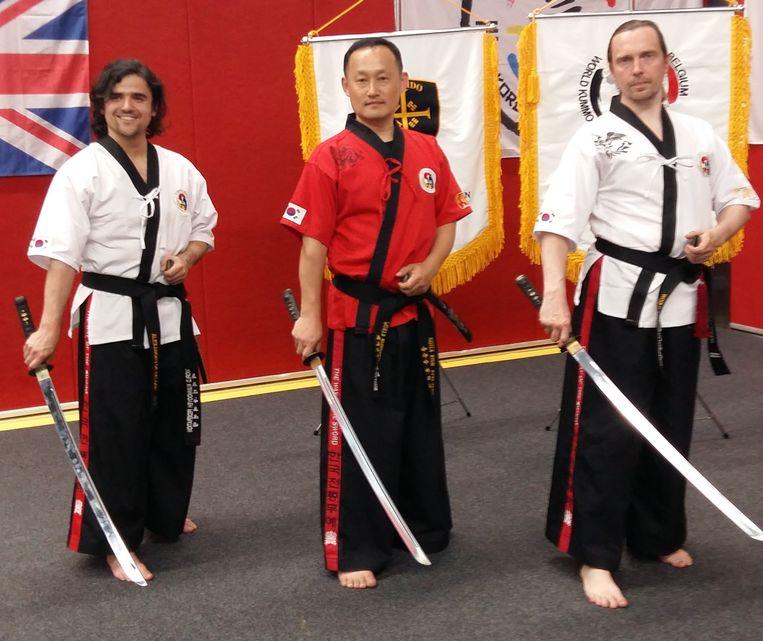 (vlnr) Alexandru De Gelder, grootmeester Hyun Kyoo Jang en Hans Balcaen