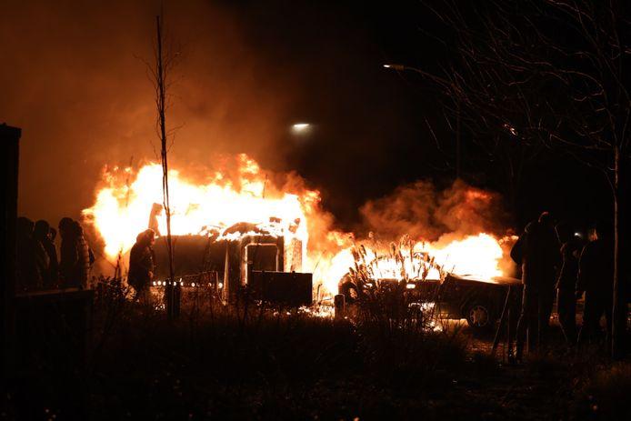 Auto en paardentrailer uitgebrand in Veen.