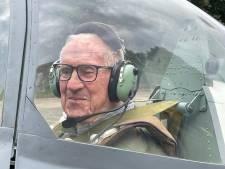 Engelandvaarder Leo Hendrikx (97) in Spitfire geflankeerd door F16's boven Eindhoven: 'Een onvergetelijke dag'