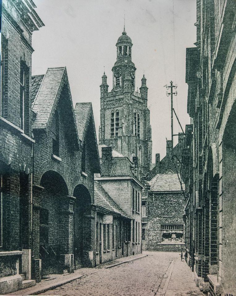 Op de foto staat een beeld van de Karnemelkstraat in Roeselare in het jaar 1934.
