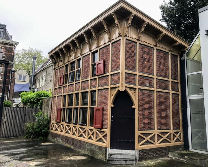 Het 'vakwerkhuisje'aan de Oude Delft, achter het Stads-Koffyhuis.