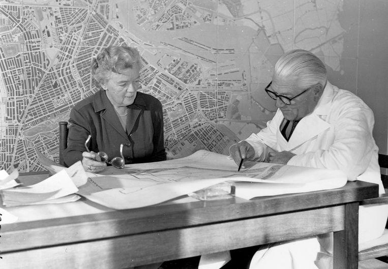 De stedebouwkundigen Jakoba Mulder en Cornelis van Eesteren, 1956 Beeld Stadsarchief Amsterdam