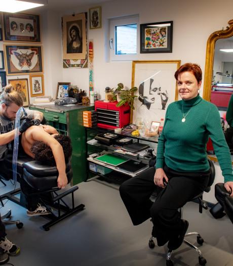 Marianne (57) had een hekel aan tatoeages, maar startte een tattoostudio