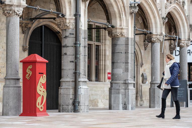 De brievenbus staat bij het stadhuis van Oudenaarde.