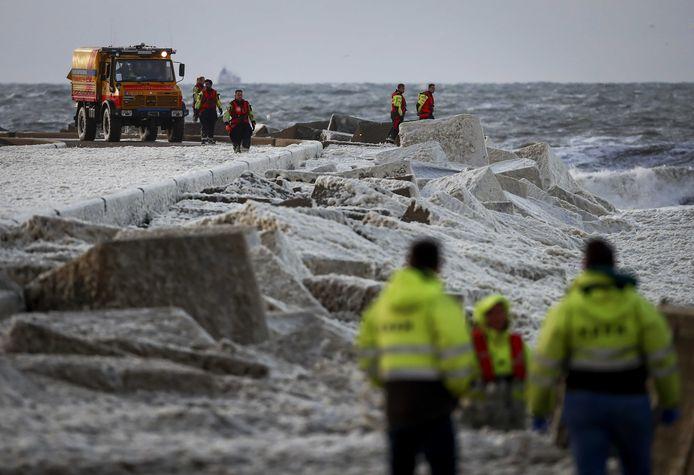 Kustwacht en reddingsbrigades tijdens de zoektocht naar de vermiste surfers.