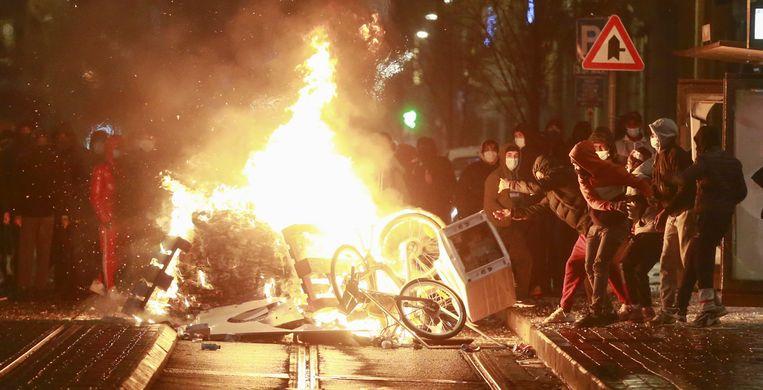 Er werd met stenen gegooid, er werden brandjes gesticht, en de demonstranten maakten de politie uit voor 'moordenaars'. Beeld EPA