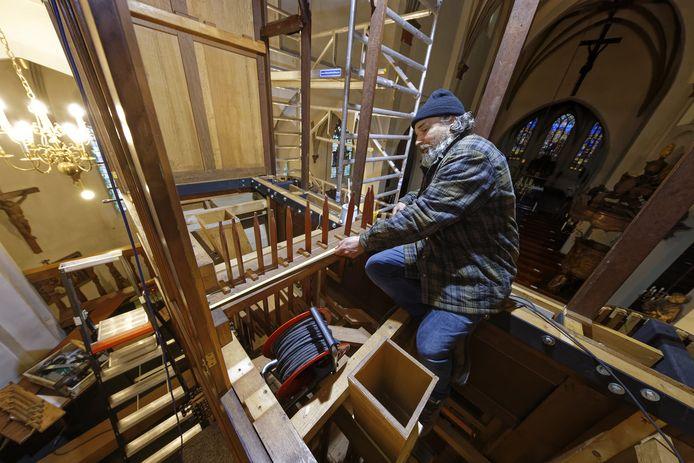 Rochus van Rumpt van Orgelbouwer Pels & Van Leeuwen aan het werk bij het Smitsorgel in Den Dungen.