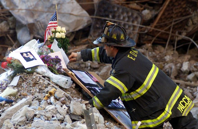 Archiefbeeld: een brandweerman aan een gedenkplaats voor de slachtoffers van de terreuraanslagen van 9/11. Beeld