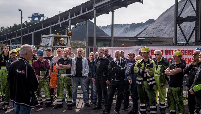 Personeel van steenkoolterminal OBA wordt bij de wisseling van ploegen toegesproken door FNV-bestuurder Ruud Wennekes Beeld Rink Hof
