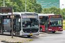 Streekbussen wachten op een busplatform