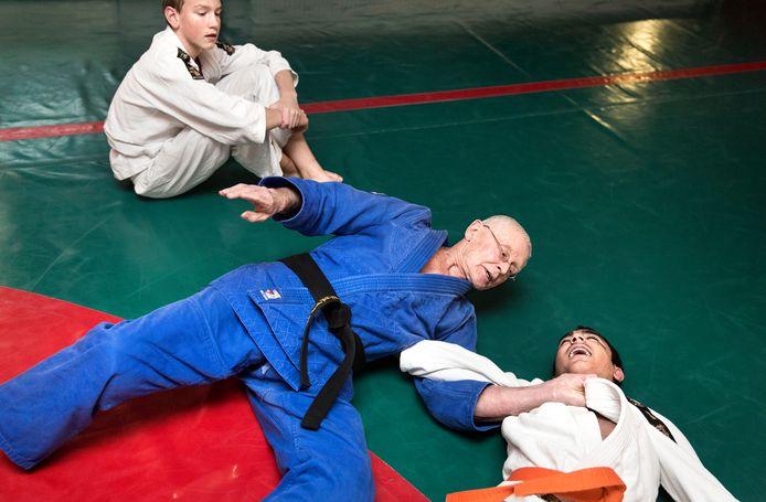 Nick van Hoorn, hier op zijn 75ste, bleef judoles geven op zijn sportschool in Barendrecht.