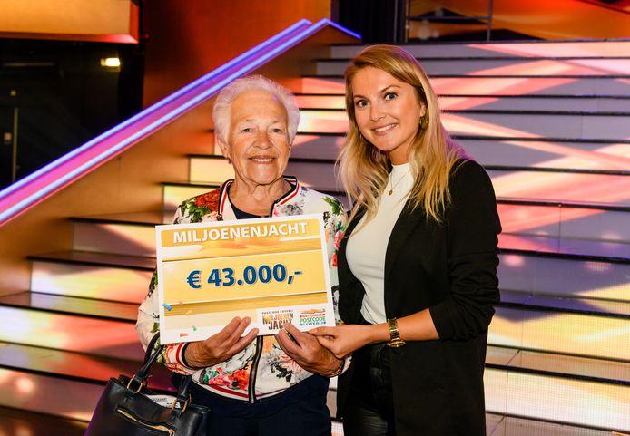 Adrie (links) uit Klaaswaal met haar cheque.
