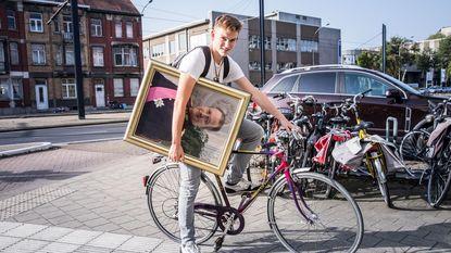Student loopt week lang rond met portret van koning Albert