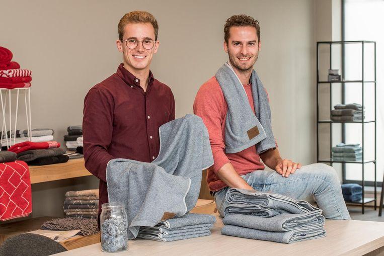 Benoit Piccavet en Yannick Cortvriendt van badlinnenproducent Clarysse met de Towel 2, die voor 40 procent uit jeansstof bestaat.