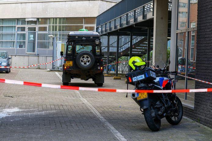 Een 19-jarige leerlinge van het Erasmiaans Gymnasium raakte zwaargewond nadat ze van een rijdende Land Rover gleed.
