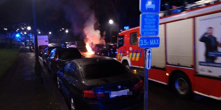 Ook in Schaarbeek brandde een wagen uit. Beeld Marc Baert