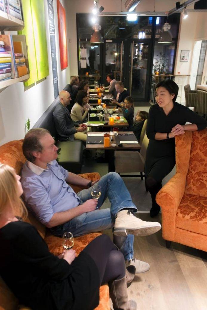 Angèle Liu (rechts) van Block62 in gesprek met een paar gasten die in de 'woonkamer' wachten tot hun tafeltje gereed is. foto René Schotanus/het fotoburo