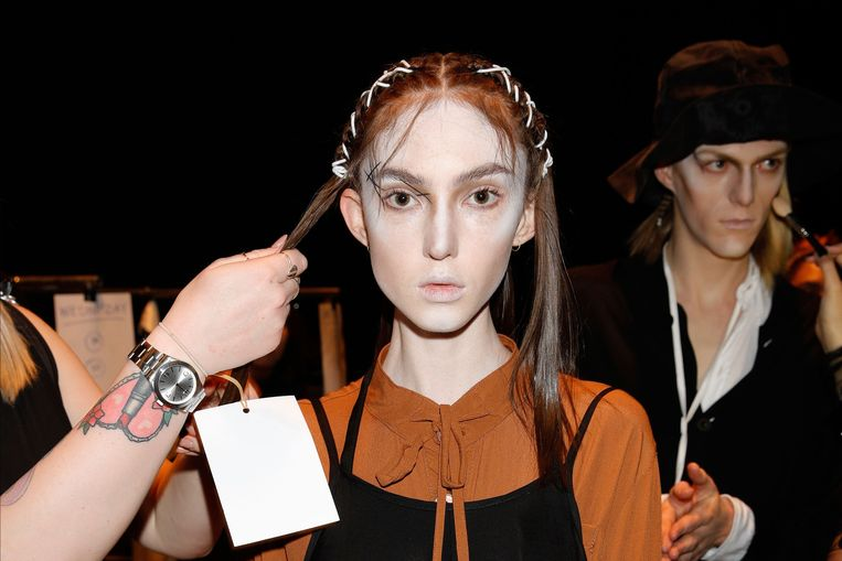 Een model backstage in de make-up tijdens de New Zealand Fashion Week 2018.  Beeld Getty Images