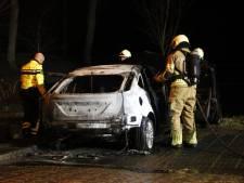 Politie onderzoekt mogelijke brandstichting in auto in Willemstad