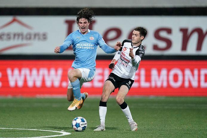 Mees Kreekels (links) van Jong PSV passeert Sander Vereijken van Helmond Sport.